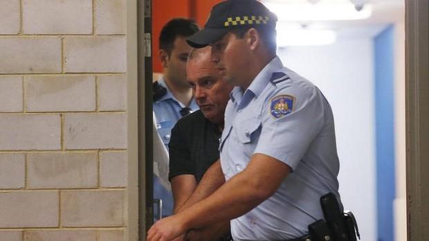 นาย Glen McNamara ขณะถูกตำรวจศาลนำตัวออกจากศาลท้องถิ่น Kogarah