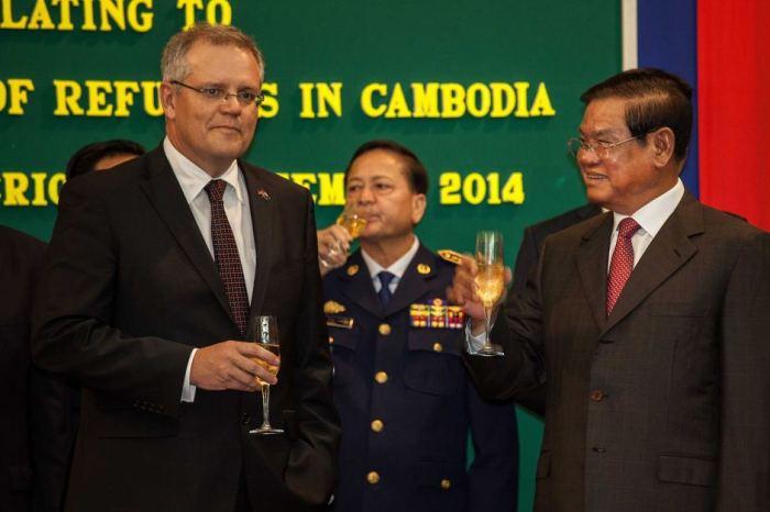 นาย Scott Morrison ร.มว.การเข้าเมืองและนาย Sar Kheng ร.มว.มหาดไทยของกัมพูชาร่วมลงนำรับผู้ลี้ภัย