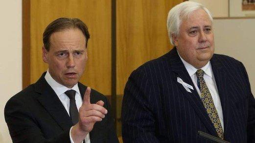 นาย Greg Hunt ร.มว.สิ่งแวดล้อมและนาย Clive Palmer หัวหน้าพรรคพาล์เมอร์ยูไนเต็ด