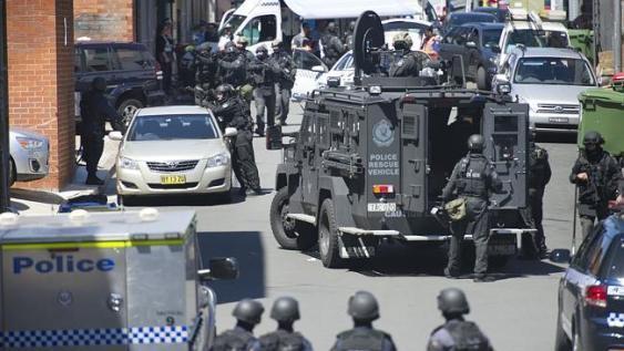 ตำรวจพร้อมอาวุธหนักในขณะที่ปิดล้อมที่ถนน George St. ภาพ (ชั่วคราว) จากนสพ. The Daily Telegraph