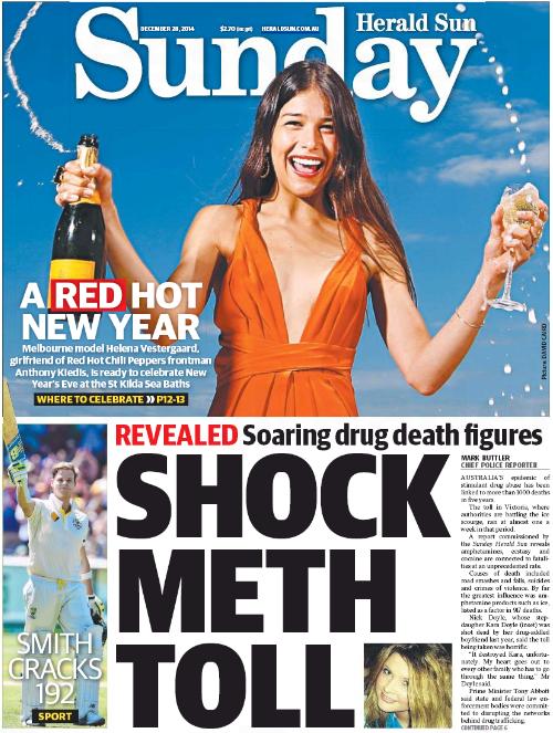 นสพ. Sunday Herald Sun ฉบับ 28 ธ.ค. 2014 ครึ่งล่างเสนอข่าวออสซี่เสียชีวิตจากการเสพยาเสพติดเพิ่มขึ้น ภาพเล็กด้านล่างคือน.ส. Kara Doyle เหยื่อยาเสพติดในรัฐวิกตอเรีย