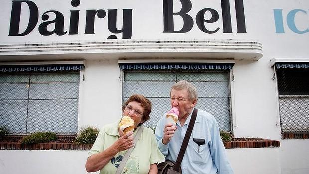 นาง Lorraine และนาย Graham Brown แฟนพันธุ์แท้ระยะยาวของ Dairy Bell จะมีไอติมโปรดกินต่อไป