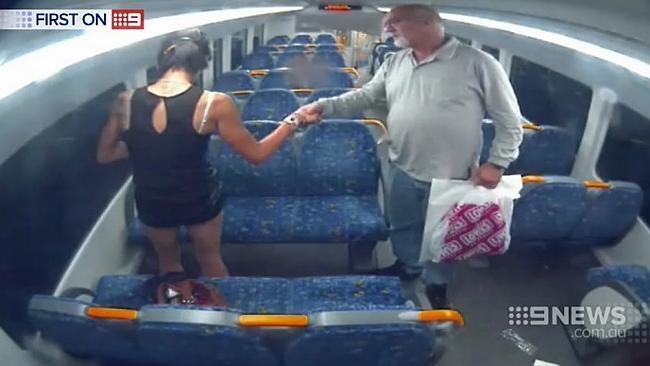 นาย David Marlin เข้าไปขอจับมือนาง AA ขณะรถไฟวิ่งเข้าใกล้บริเวณสถานี Ingleburn