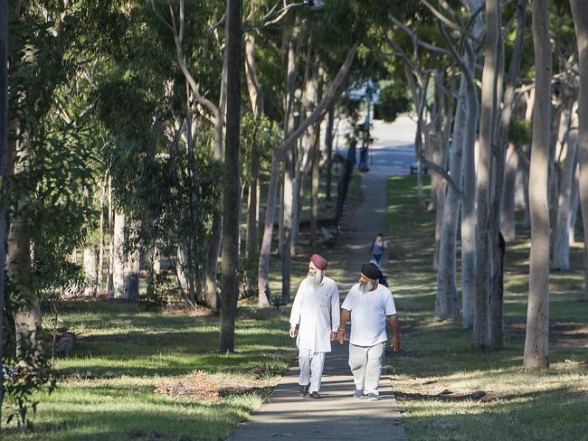 ทางลัดเดินตัดผ่ากลางแบ่งกั้นระหว่างสวนสาธารณะ Parramatta Park และสนามกอล์ฟ Parramatta Golf Course และยังเชื่อมระหว่างถนน Argyle St. กับ Amos St. ในภาพคือบริเวณที่นาง Prabha Arun Kumar