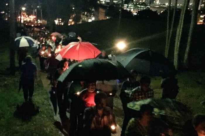 ประชาชนประมาณ 400 คนเดินตากฝนตามเส้นทางใน Parramatta Park ที่นาง Prabha Arun Kumar ถูกแทงเสียชีวิต