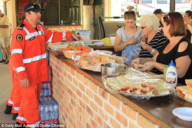 คนในชุมชนร่วมมือกันทำอาหารเลี้ยงทีมค้นหาด.ช. William (ภาพจาก Daily Mail)