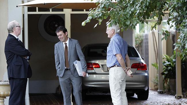 ผู้พิพากษา Jack Costello (กลาง), นาย Michael Roder (ซ้าย) และส.ข. Peter Ford (ขวา) ตรวจดูร่มที่แสดงการติดตั้งให้ตรวจสอบเมื่อเดือนมีนาคมที่ผ่านมา (ภาพชั่วคราวจากนสพ. The Advertiser)