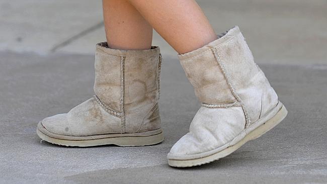 ร้องเท้า ugg boots สวมใส่อยู่กับบ้านห้ามใส่มาทำงานที่กระทรวงการเข้าเมือง