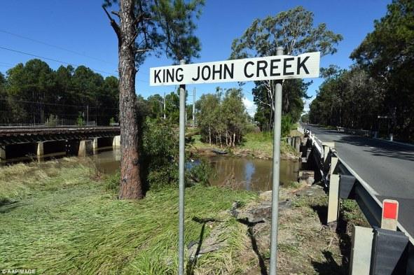 ถนน Dancers Rd. ตรงจุดข้ามคลอง King John Creek ที่เกิดอุบัติเหตุ