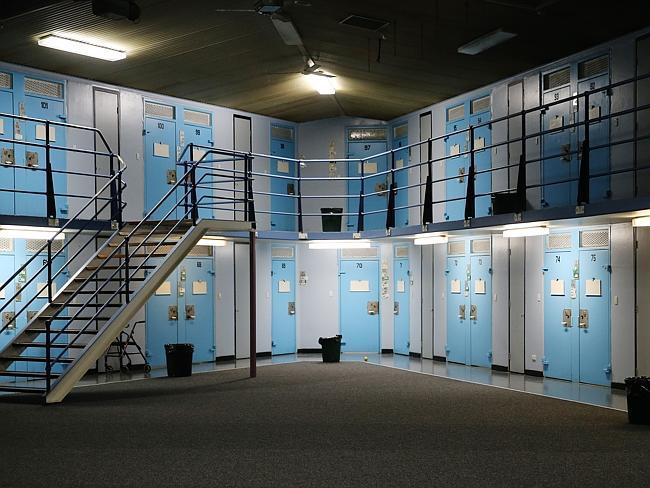 ห้องขังนักโทษภายในเรือนจำ น่าจะเป็นแดนควบคุมหนาแน่นสำหรับนักโทษคดีอุกฉกรรจ์