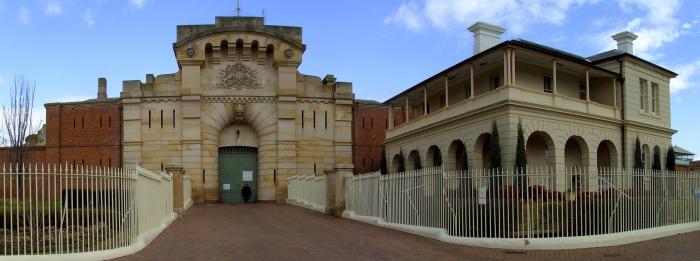 ดูคล้ายสถาบันการศึกษา แต่สถานที่นี้คือเรือนจำ Bathurst Gaol หนึ่งใน 27 เรือนจำที่นักโทษสามารถสั่งซื้อสินค้าฟุ่มเฟือยได้ในระหว่างถูกจำกัดเสรีภาพ