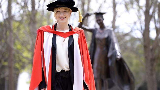 คนนี่ไม่ต้องเรียนและไม่ต้องโกงรายงานแต่ได้ปริญญากิติมศักดิ์จากม.แมคคอวรี่ เธอคือ Cate Blanchett