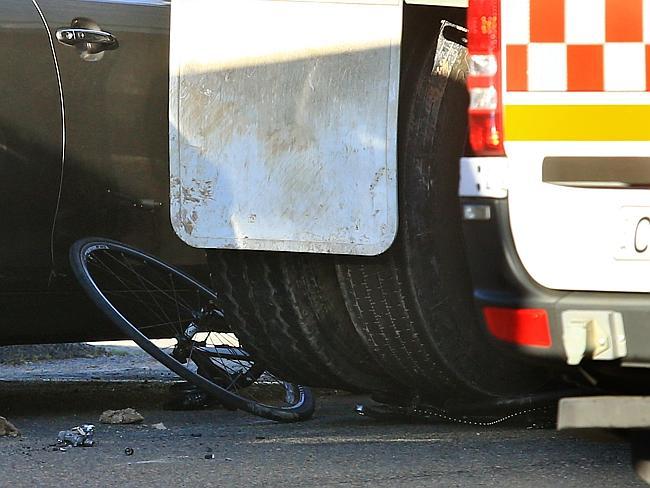ซากรถจักรยานที่อยู่ใต้ล้อรถบรรทุก (ภาพจากนสพ. the Telegraph)