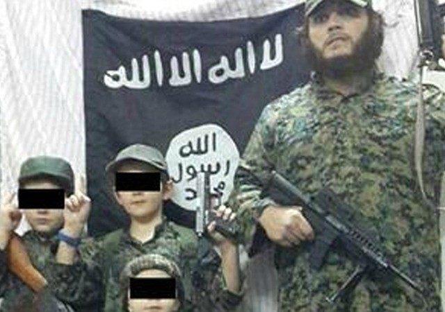 นาย Khaled Sharrouf และบุตรถืออาวุธพร้อมสู้เพื่อพระเจ้าภายใต้ธงรัฐอิสลาม