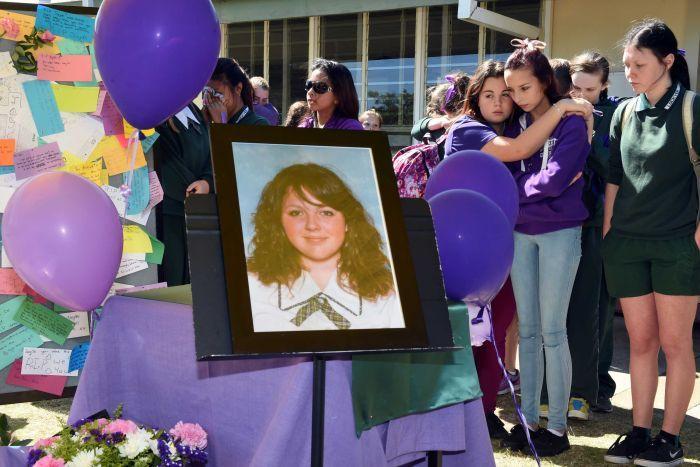 เพื่อนนักเรียนโรงเรียน Lockyer District High ร่วมไว้อาลัยน.ส.   Jayde Kendall เมื่อวันศุกร์ที่ 28 ส.ค.ที่ผ่านมา  ส่วนลูกโป่งและการแต่งชุดสี่ม่วงเนื่องจากวันนั้นเป็นวัน Purple Day ของกลุ่มพหุเพศ หรือกลุ่ม  LGBTIQ และผู้สนับสนุนในโรงเรียนพอดี (ภาพชั่วคราวจากสำนักข่าว ABC)