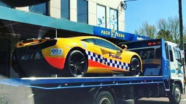 รถ McLaren 650s ถูกลำเลียงส่งสำนักงานตำรวจรัฐน.ซ.ว.