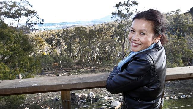 นาง Sommai Kelly ถ่ายภาพบนพื้นที่ของเธอที่จะสร้างอีโค-รีสอร์ท (ภาพชั่วคราวจากนสพ. the Mercury)