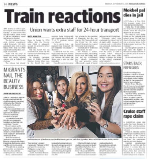 นาง Gamble Breaux ได้รับการตกแต่งเล็บจาก Helen, Mina และ Rosie สามพนักงานสาวของ Hollywood Nails สาขา Emporium จากหน้า 14 ของนสพ. Herald Sun