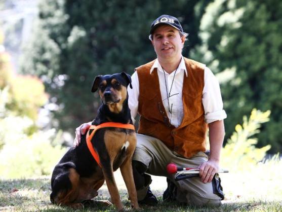 นาย David Mulligan กับเจ้า Sam สุนัขพี่เลี้ยงตัวใหม่ที่ได้รับอนุญาตให้ขึ้นเครื่องบินได้แล้ว น่าเสียดายที่สุนัขมีอายุไม่ยืนยาว เจ้า Willow ได้เกษียนอายุงานและถูกนำไปดูแลอย่างดีที่บ้านพักสุนัขชราในบั้นปลายชีวิตของมันแล้ว (ภาพชั่วคราวจากนสพ. the Telegraph)