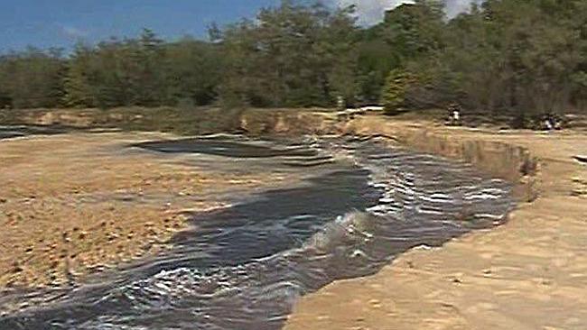 แผ่นดินยุบที่ริมหาด Inskin Point (ภาพชั่วคราวจากคุณ Joanne White ในนสพ. the Courier Mail)