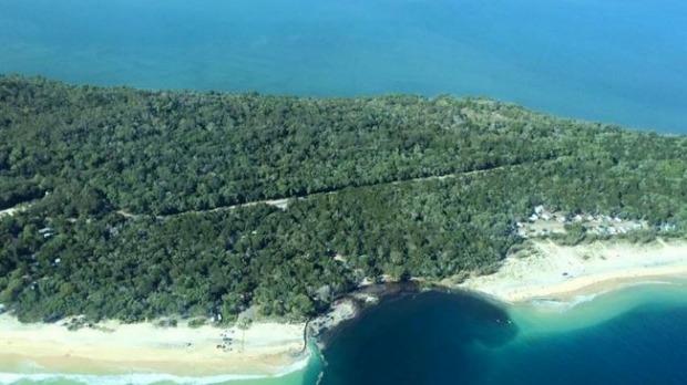 ชายหาดที่แหว่งเข้าไปคือจุดที่เกิดแผ่นดินยุบ (ภาพชั่วคราวจากนสพ. Brisbane Times)
