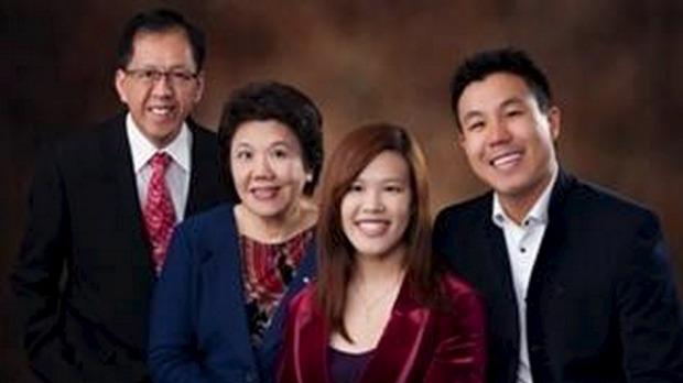 นาย Curtis Chen (คนซ้าย) และครอบครัว ภาพจากสำนักงานตำรวจรัฐน.ซ.ว.