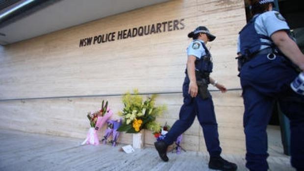 มีผู้นำดอกไม้มาวางตรงจุดที่นาย Curtis Chen ถูกยิงเสียชีวิต (ภาพจากเว็ปไซท์ของสถานีวิทยุ 2UE)