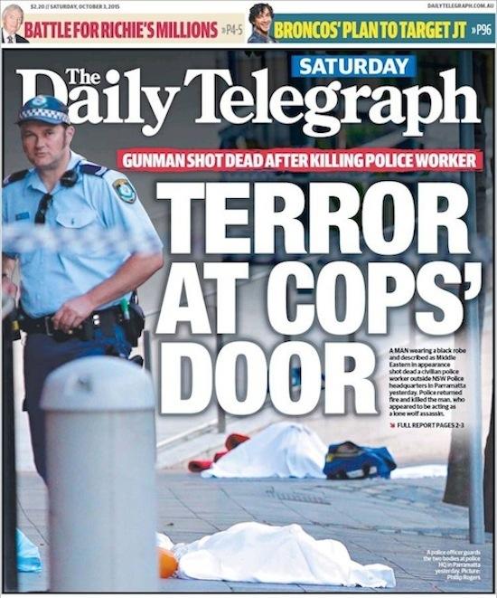 นสพ. the Daily Telegraph ฉบับ 3 ก.ย. 2015 เสนอข่าวเหตุสยองหน้าประตูสำนักงานตำรวจ / มือปืนถูกยิงเสียชีวิตหลังจากเขาสังหารเจ้าหน้าที่สำนักงานตำรวจ ในภาพจะเห็นเหยื่อและมือปืนนอนเสียชีวิตถูกคลุมด้วยผ้าสีขาว