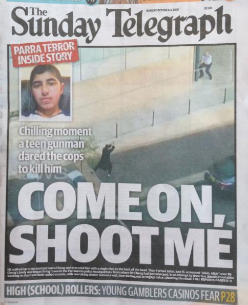 นสพ. the Telegraph ฉบับ 4 ก.ย. 2015 แสดงภาพวินาทีมรณะ..นาย Jabar วัยรุ่น 15 ปีกำลังเล็งปืนไปที่นายตำรวจเป็นการท้าทายให้นายตำรวจ (หัวมุมขวา) ลั่นไกสังหารเขา