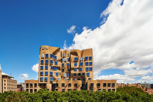 อาคาร DR Chau Chak Wing Chau ของคณะบริหารธุรกิจ ม. UTS (ภาพจาก architectureau.com)