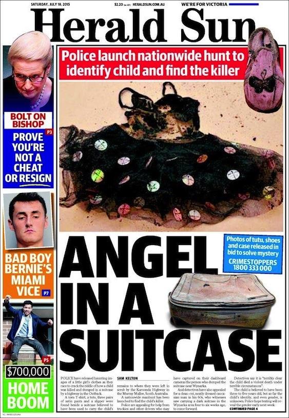 นสพ. Herald Sun ฉบับ 18 กรกฎาคม 2015 แสดงภาพชุดแต่งกายเด็กหญิงติดกระดุม รองเท้าสีชมพูปักรูปผีเสื้อ และกระเป๋าเดินทางที่ใช้ใส่ร่างอันไร้วิญญาณของนางฟ้าตัวน้อย