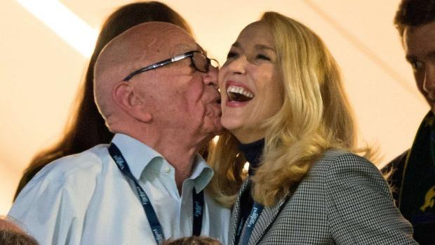 นาย Rupert Murdoch และนาง Jerry Hall ขณะเชียร์รักบี้ชิงแชมป์โลก (ภาพชั่วคราวจากนสพ. SMH)