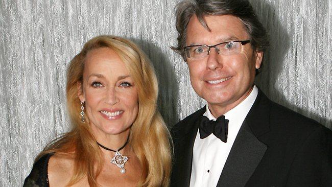 นาง Jerry Hall และนาย Warwick Hemsley ภาพชั่วคราวจากนสพ. Perth Now
