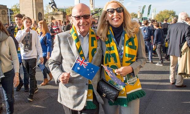 นาย Rupert Murdoch และนาง Jerry Hall มาเชียร์ทีมรักบี้ออสเตรเลีย (ภาพชั่วคราวจากนสพ. the Guardian)
