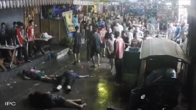 สามพ่อแม่ลูกชาวอังกฤษนอนสลบหลังถูกคนไทยรุมทำร้าย : ภาพจากนสพ. the Australian ไม่ทราบต้นฉบับ หรือ IPC