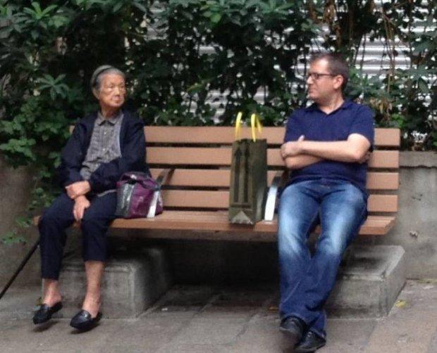 นาย Lewis Owen (คนขวา) : ภาพจาก metro.co.uk