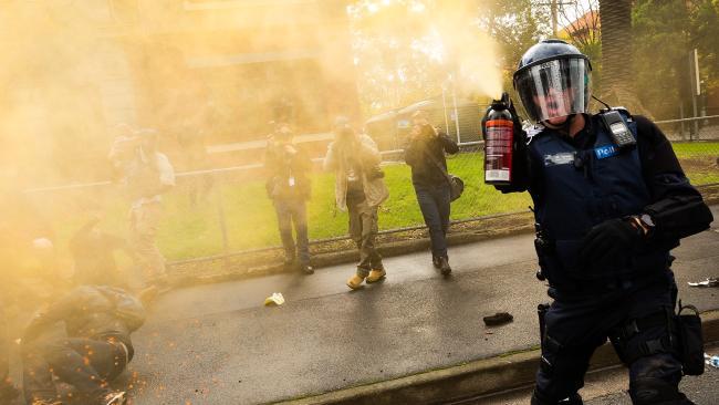 ตำรวจใช้สเปรย์พริกไทยในการแยกผู้ประท้วงตีกันออกไป : ภาพชั่วคราวจากนสพ. Herald Sun