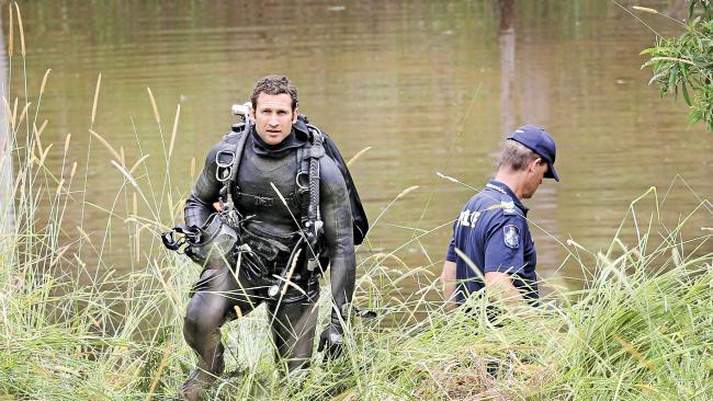ตำรวจและเจ้าหน้าที่บรรเทาเหตุฉุกเฉิน (SES) กำลังค้นหาบริเวณแหล่งน้ำที่บ้านฟาร์มแห่งหนึ่งที่ Advancetown รัฐควีนสแลนด์ : ภาพจากนสพ. Courier