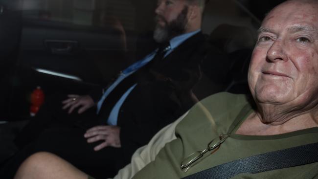 นาย John Chardon ถูกตำรวจนำตัวไปยังวอตซ์-เฮาส์เพื่อทำการสอบปากคำคดีฆ่านาง Novy Chardon : ภาพจากสำนักข่าว APP