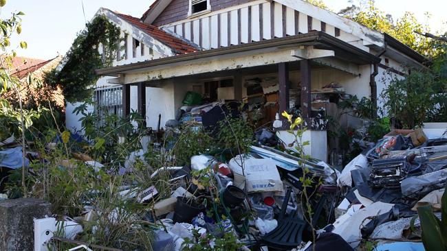 บ้านสะสมขยะแห่ง Bondi ในปี 2014 ก่อนถูกบริษัทเอกชนที่เทศบาลจ้างมาเข้าทำความสะอาด : ภาพจากนสพ. the Telegraph