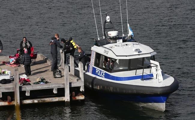 ตำรวจกำลังงบหาหลักฐานที่ท่าน้ำ Garungup Park : ภาพจากนสพ. the West Australian