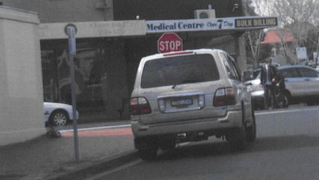 รถของนาย Rob Dols ที่ถูกถ่ายโดยเจ้าหน้าที่ของเทศบาล ขณะอยู่ระหว่างป้าย Stop กับป้าย No Standing Zone พอดี โดยมองไม่เห็นว่านาย Dols อยู่ในรถหรือไม่ อีกทั้งในภาพไม่ปรากฎสัญญาณไฟเลี้ยวซ้าย : ภาพจากนสพ. Herald Sun