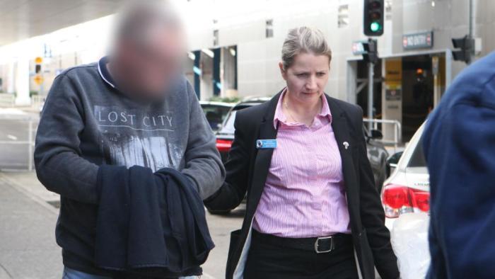 หนึ่งในสองผู้ต้องหาขณะเดินทางมาถึงนครซิดนีย์ : ภาพชั่วคราวจากนสพ. the Daily Telegraph