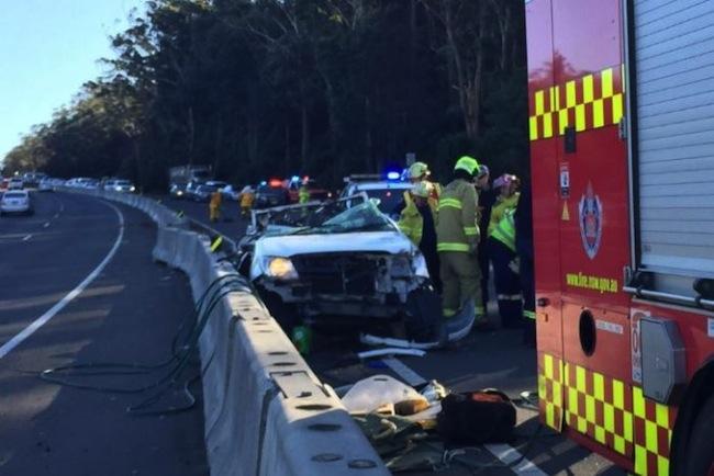 อุบัติเหตุต้นไม้ล้มทับรถกระบะสีขาวที่ทางด่วน M1 ทำให้คนขับวัย 30 เศษเสียชีวิตทันที : ภาพจากสำนักข่าว ABC ต้นฉบับจากสำนักข่าว Fairfax