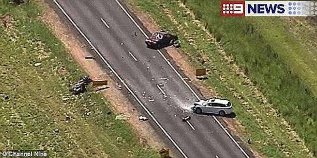 สภาพรถมาสด้าฉีกขาดเป็นสองท่อนหลังชนกับรถซูบารุสีขาว : ภาพจากทีวี 9 News