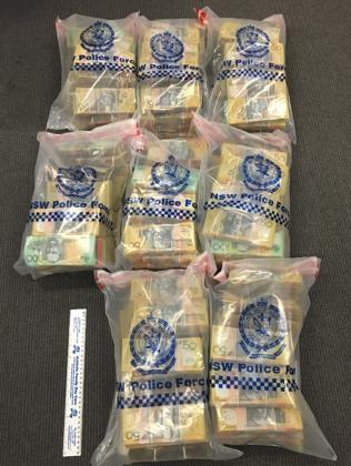 เงินสดที่ยึดได้ : ภาพจากสำนักงานตำรวจรัฐน.ซ.ว