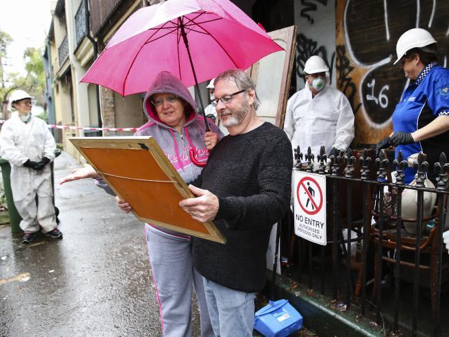 นาง Suszan และนาย Larry Neighbour มาเก็บของสะสมบ้างชิ้น ในขณะที่เจ้าหน้าที่กำลังขนย้ายขยะออกจากบ้านเทอร์เรซ : ภาพชั่วคราวจากนสพ. the Telegraph