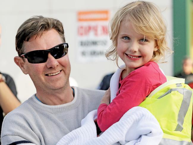 ด.ญ. Jocelyn Lewis ยังยิ้มแฉ่งในอ้อมแขนของนาย Steve Lewis ผู้เป็นบิดา หลังจากหายอยู่นอกบ้านนานเกือบ 24 ชั่วโมง : : ภาพชั่วคราวจากนสพ. the Courier Mail
