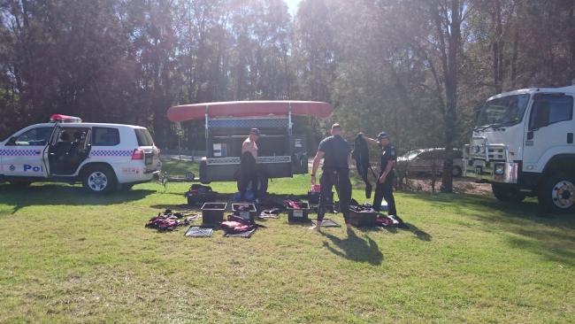 ทีมตำรวจประดาน้ำ เตรียมเปลี่ยนชุดปฏิบัติงาน : ภาพชั่วคราวจากนสพ. the Courier Mail