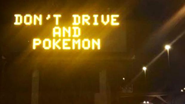 ป้ายจราจรเตือนอย่าเล่นเกม Pokemon ในขณะขับรถในนครเมลเบิร์น : ภาพจากสำนักข่าว ABC